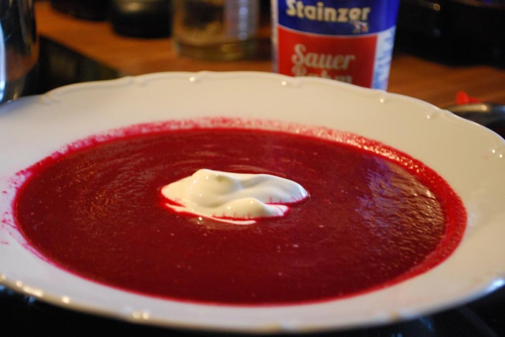 Rote Rüben Suppe mit einem Klecks Sauerrahm