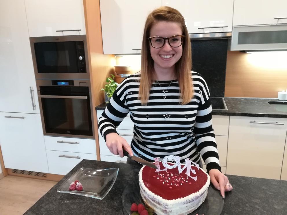 Karina schneidet Torte an