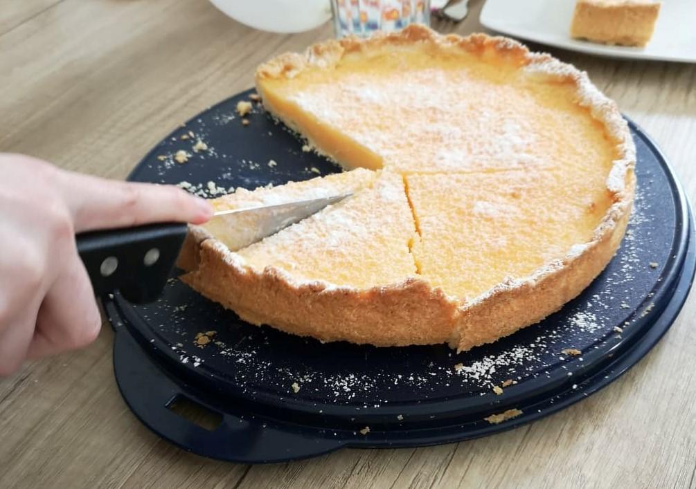 Knusprige Zitronen-Buttermilch-Tarte anschneiden